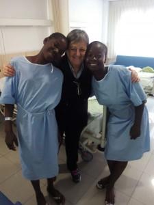 La voluntaria Conchi Tomás con las dos jóvenes. Fotografía: Recover
