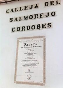 Receta del salmorejo que puede consultarse en una de las calles de Córdoba.