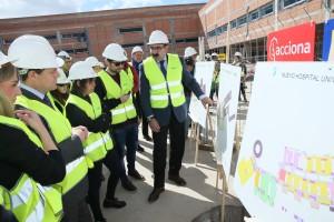 El consejero de Sanidad muestras los planos de las obras del Hospital de Toledo. Fotografía: Sescam.