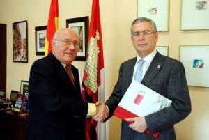 El presidente de la AECC, a la derecha, con el vicerrector.